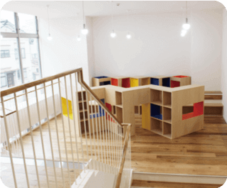 図書コーナーのある階段